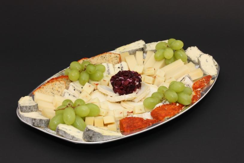Nous préparons des plateaux de fromages coupés sur commande.
